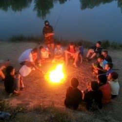 feu de bois en colonie de vacances pêche dans l'Hérault