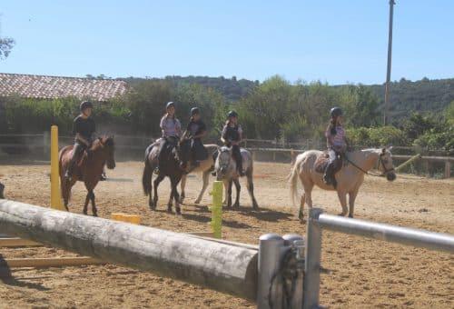 Groupe d'enfant pratique de l'équitation centre de vacances